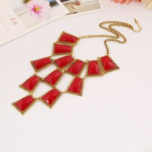 collier plastron rouge femme