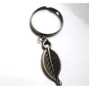 BAGUE - ANNEAU Bague avec breloque feuille couleur bronze.