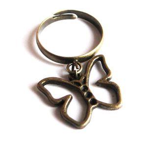 BAGUE - ANNEAU Bague avec breloque papillon couleur bronze.