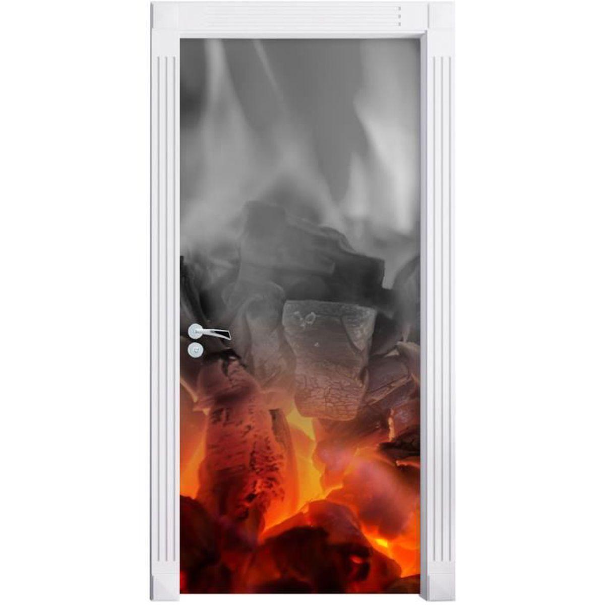 Carrelage Mural Pour Cheminée brûler du charbon de bois dans une cheminée noir / blanc