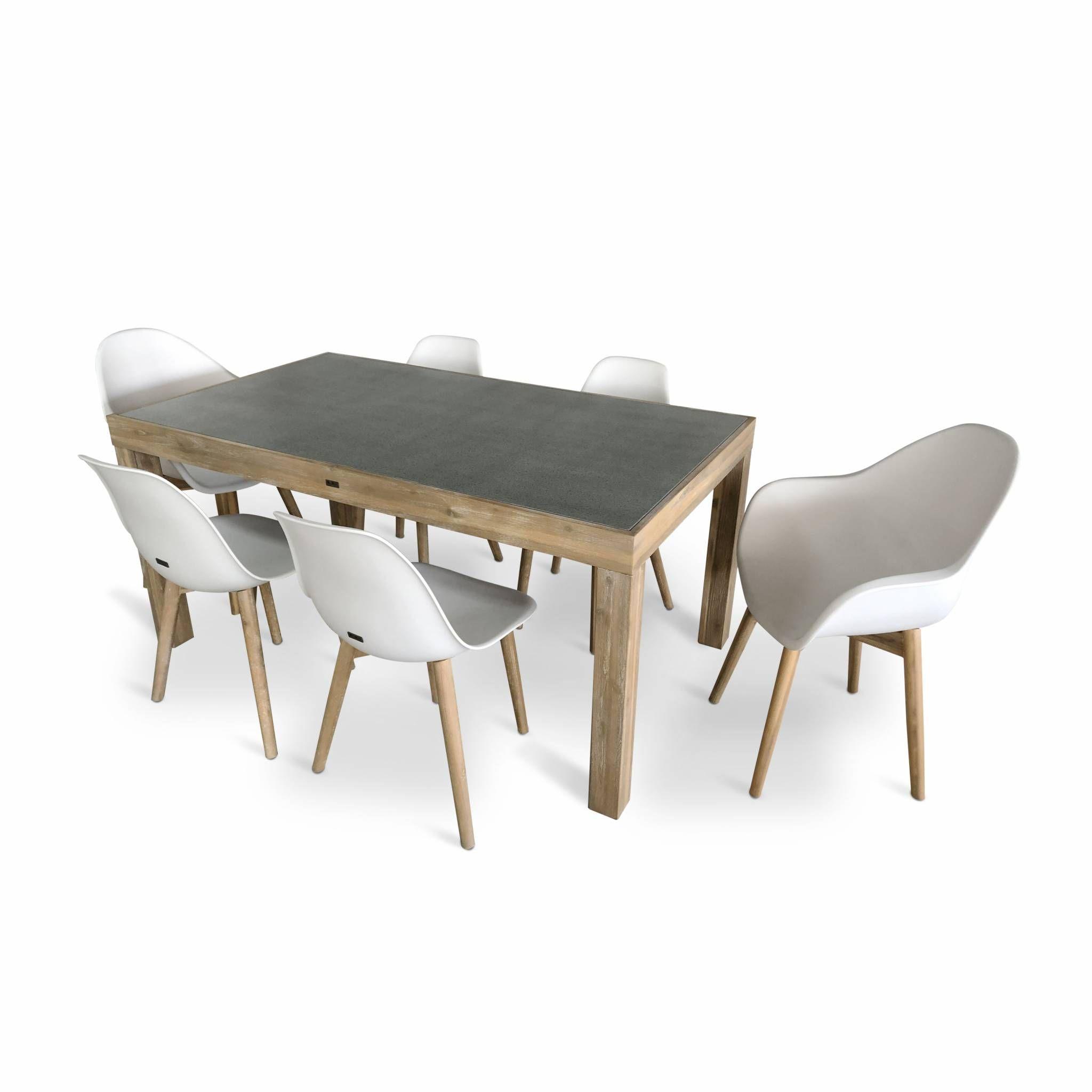 Table de jardin en acacia massif et plateau effet béton 160 cm – Sumba – 2 fauteuils et 4 chaises scandinaves blancs Penida