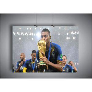 AFFICHE - POSTER Poster Mbappe Embrasse Coupe du monde  Celebration