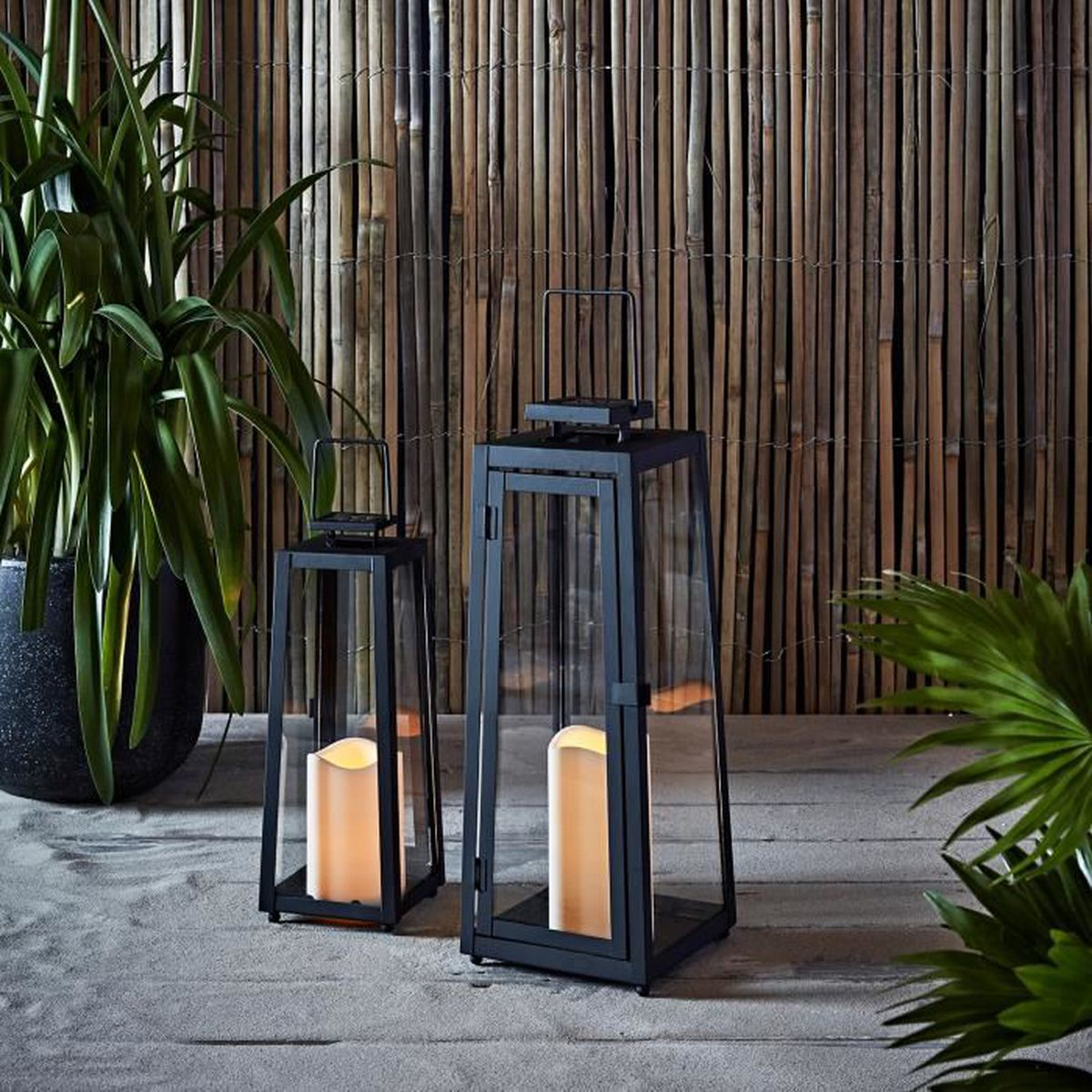 lot de 2 lanternes solaires en m tal noir avec bougies led. Black Bedroom Furniture Sets. Home Design Ideas
