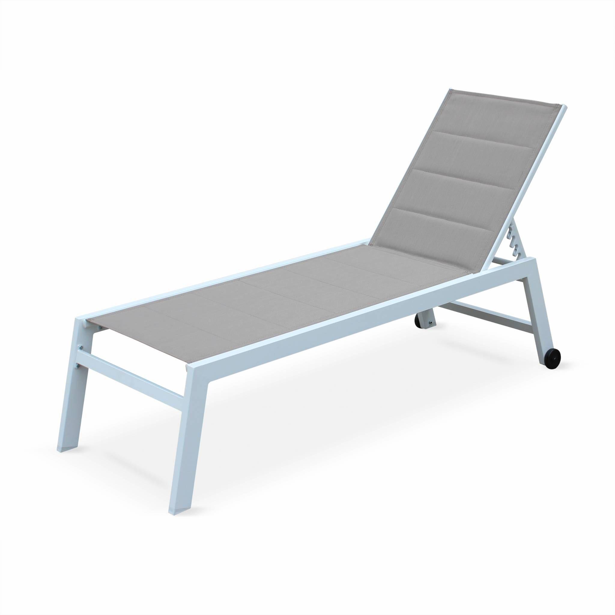 bains de soleil Solis en textilène matelassé taupe et structure blanche, transats 6 positions, lounge