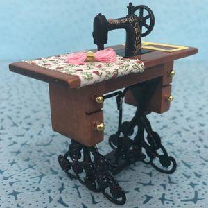 Vintage miniature machine a coudre Avec Tissu pour 1//12 echelle maison de 4E 1X