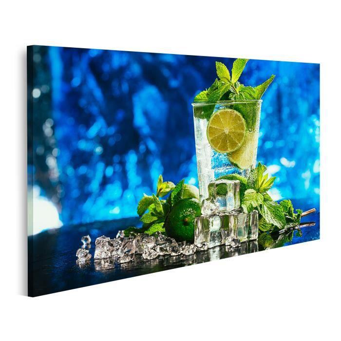 Tableau Tableaux Verre de mojito au citron vert et glaçon à la menthe, paille rouge en gros plan sur fond bleu sur Toile 100x57cm