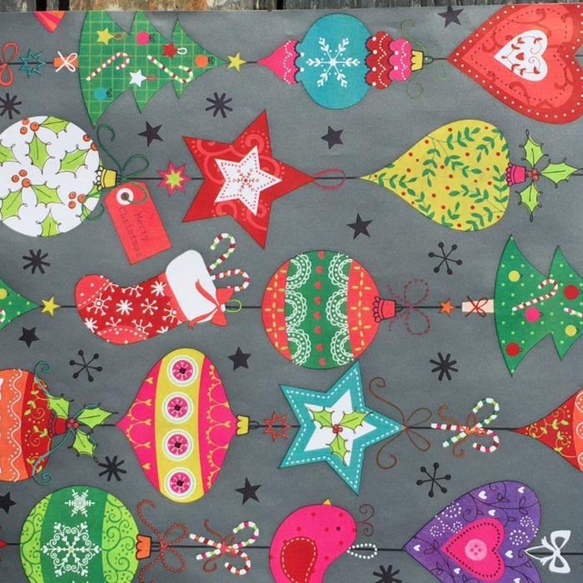 Papier cadeau Noël décor classique boules, coeurs, sapins sur fond
