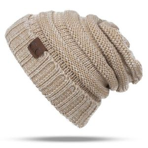BONNET - CAGOULE Bonnet Beige de laine de couleur unie Lettre CC Ch