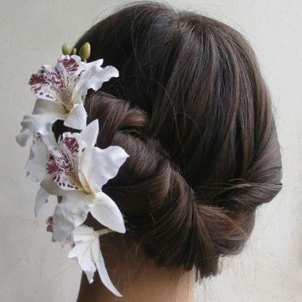 Coiffure mariage 1 barrette orchidée  blanche et noire mariée.