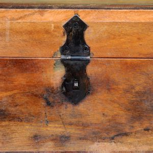 COFFRE - MALLE Ce coffre de stockage recyclé de style antique, un