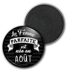 Humour Femme Id/ée Cadeau Anniversaire F/êtes Pins Bouton Epinglette Badge 38mm La Femme Parfaite est N/ée en MAI Blanc sur Noir