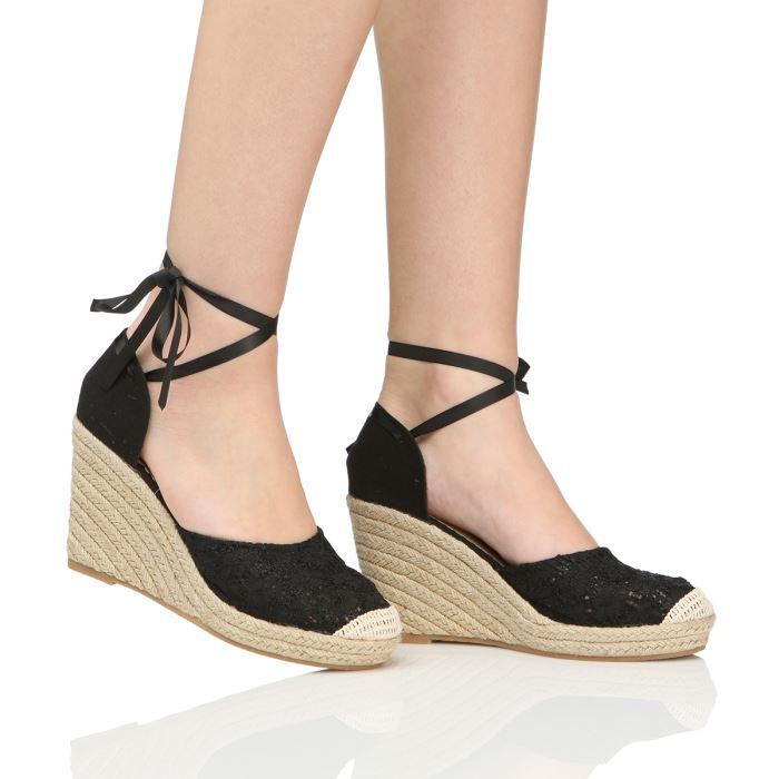 Femme mot bien boucle avec des sandales à talons hauts